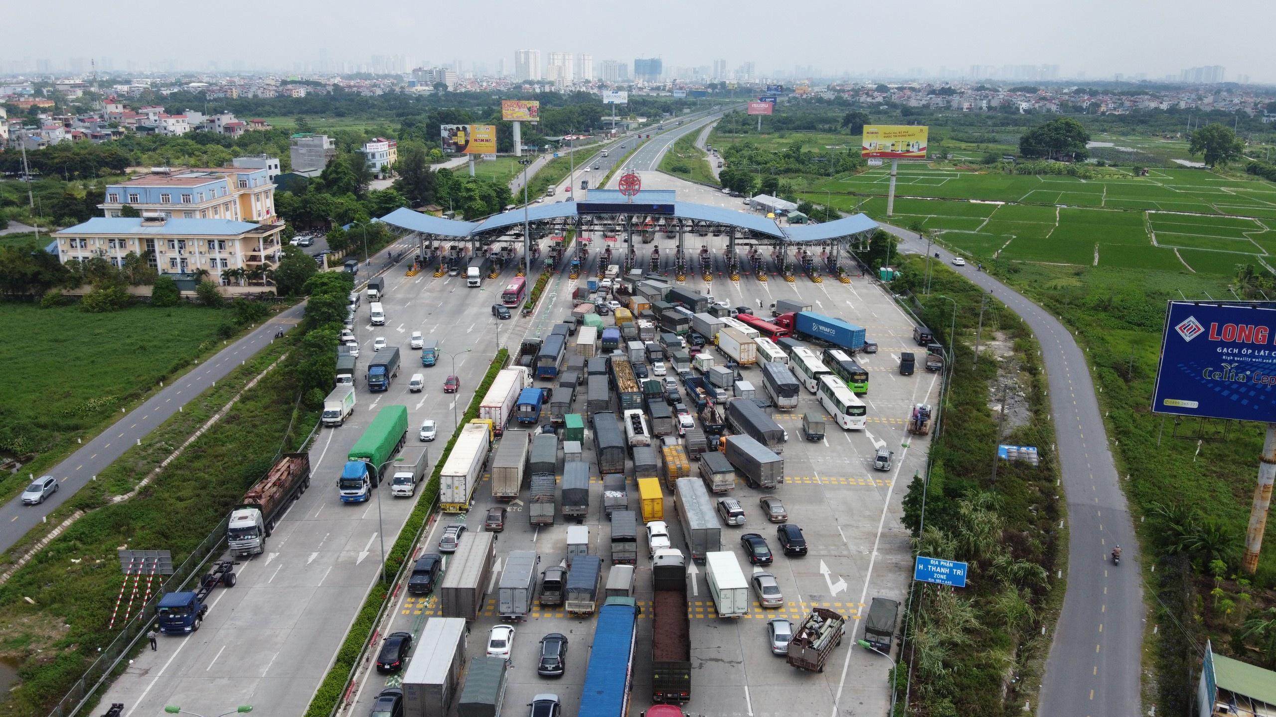 Tình trạng ùn tắc ở một số chốt kiểm soát nghiêm trọng hơn vào sáng 24/7. Ảnh: Hồng Quang.