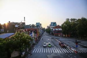 Hà Nội vắng vẻ trong buổi sáng đầu tiên giãn cách xã hội, chỉ có các chợ là đông, vẫn có người ra đường tập thể dục