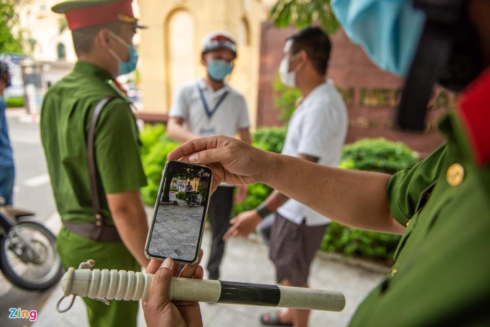 Một người bị xử phạt vì vi phạm giãn cách tại Hà Nội sáng 24/7. Ảnh: Hải Nam.