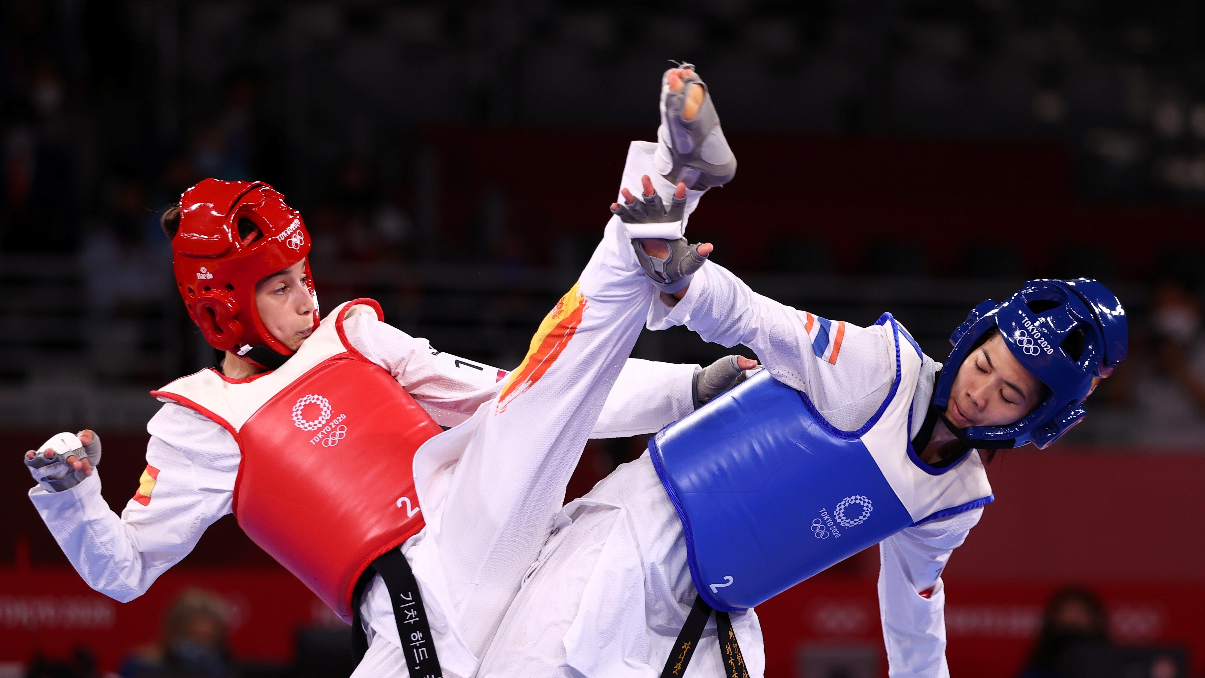 Wongpattanakit (giáp xanh) giành HCV hạng 49 kg nữ. Ảnh: Reuters.