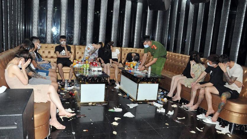 """""""Nam thanh, nữ tú"""" bị bắt quả tang dùng ma túy tại quán karaoke. Ảnh: Tiền Phong"""