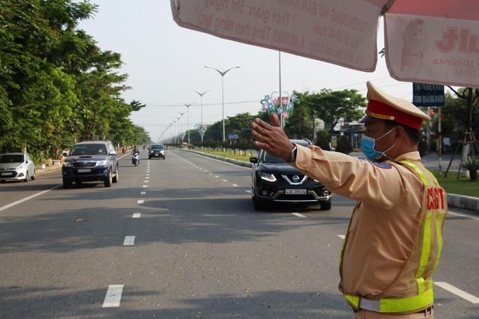 Lực lượng chức năng làm việc tại các chốt soát phương tiện cửa ngõ Đà Nẵng