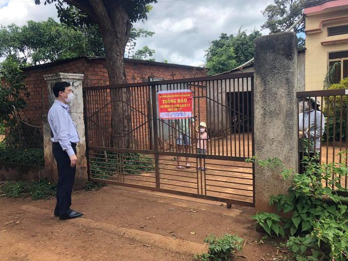 Bí thư Huyện ủy Krông Pắk Trần Hồng Tiến kiểm tra công tác cách ly tại nhà của người dân từ vùng dịch về.
