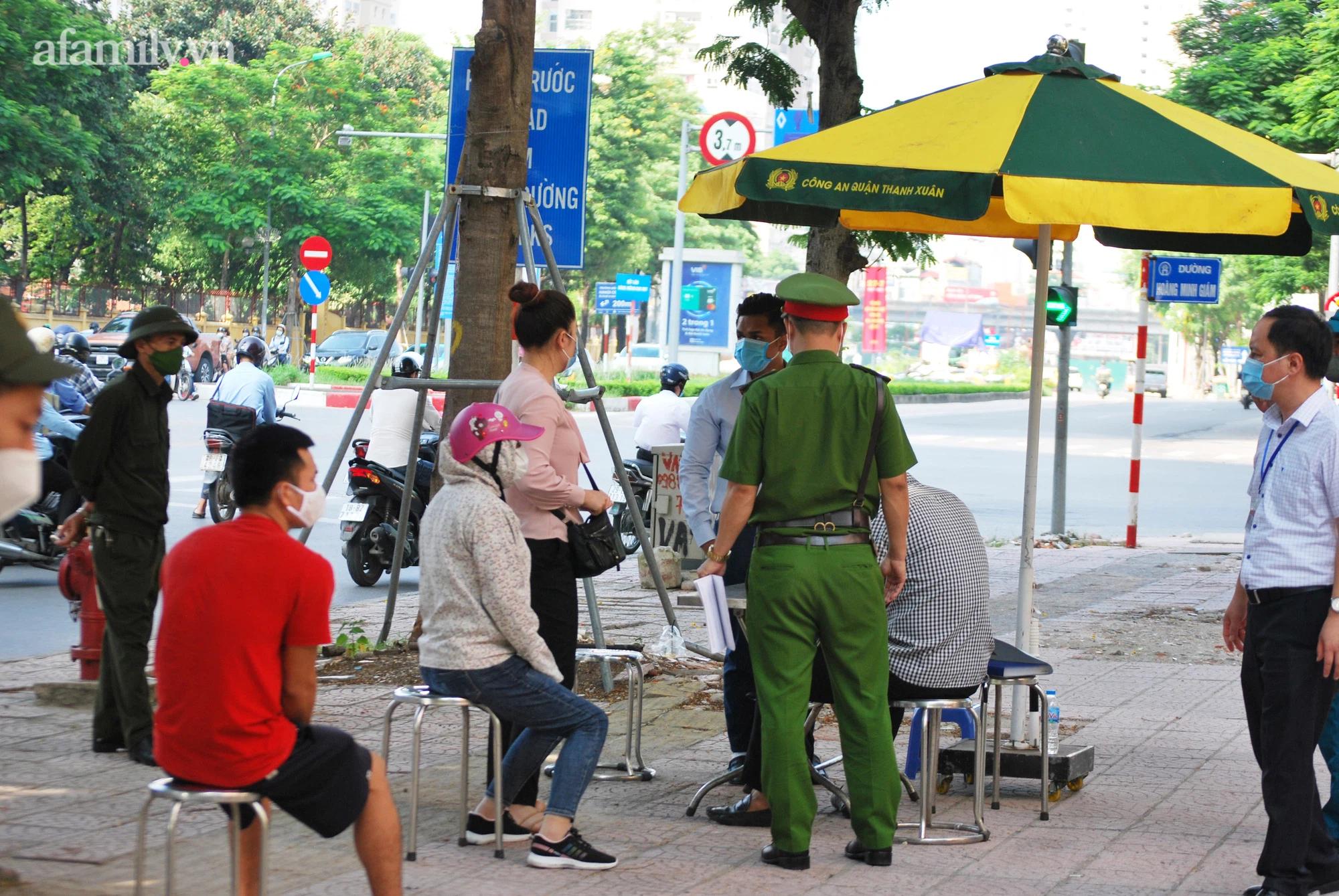 Tổ công tác đang làm nhiệm vụ kiểm tra hành chính đối với những công dân ra đường không có lý do chính đáng.