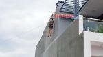 Bình Phước: Khống chế người đàn ông leo lên nóc nhà người dân la hét