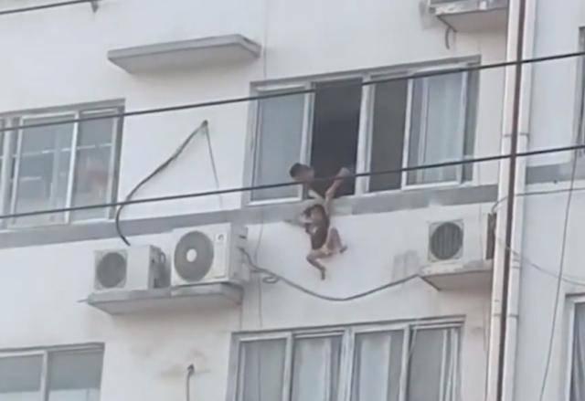 Bé gái may mắn được người đàn ông giải cứu an toàn.