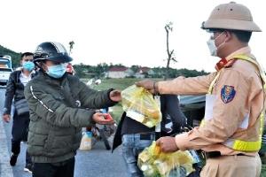 CSGT Hà Tĩnh tặng bánh mì, nước uống cho người đi xe máy về quê