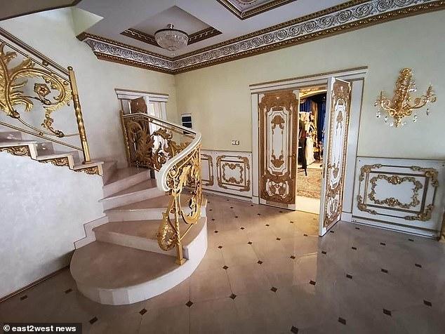 Lục soát nhà quan tham, cảnh sát vào phòng khách đã choáng nhưng đến nhà tắm thì đứng hình trước 1 báu vật - Ảnh 2.