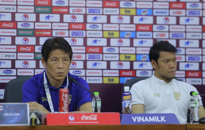HLV Nishino Akira bị Liên đoàn bóng đá Thái Lan sa thải tối 29/7 sau cuộc họp trực tuyến