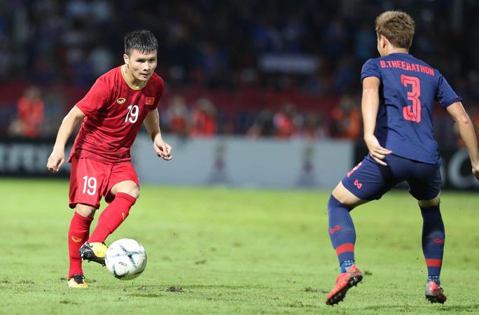 Đội tuyển Việt Nam chuẩn bị bước vào vòng loại thứ 3 World Cup, trong khi Thái Lan chỉ còn sân chơi AFF Suzuki Cup để nỗ lực trong năm 2021
