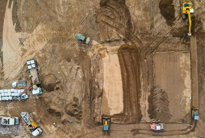 Khu vực đất trống đang tiếp tục xây dựng những phần móng còn lại.
