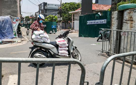 Người dân khu vực bên trong nhận gạo.
