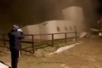 Clip kinh hoàng: Ngôi nhà 2 tầng bị sóng đánh sập rồi chìm nghỉm xuống biển trong phút chốc