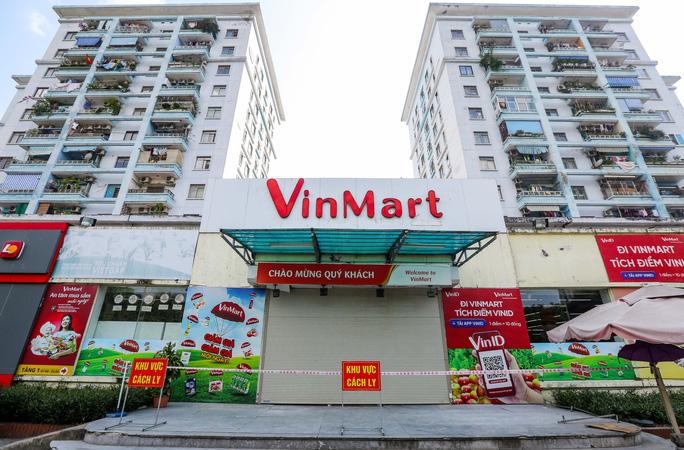 """Tại siêu thị VinMart Văn Quán, lực lượng chức năng đã căng dây, treo thông báo """"khu vực cách ly""""."""