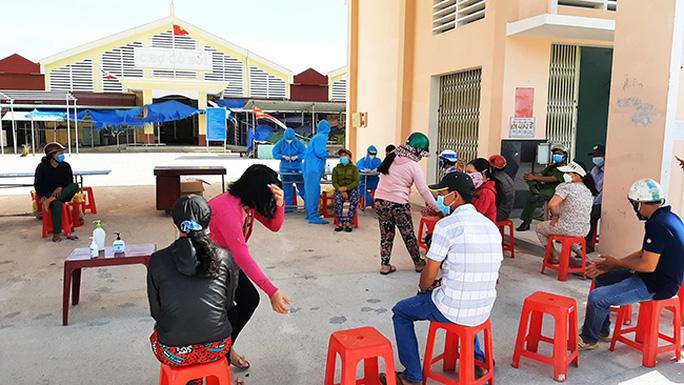 Tiểu thương chợ Gò Bồi được tầm soát test nhanh kháng nguyên SARS-CoV-2