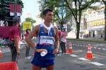 Lấy được chai nước khi đang tranh tài giữa trời nóng nực, VĐV Olympic có hành động 'nhạy cảm' khiến nhiều người phải quay đi