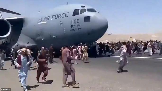 Tấm ảnh hơn vạn lời nói: Hơn 600 người Afghanistan nhồi nhét trong máy ...