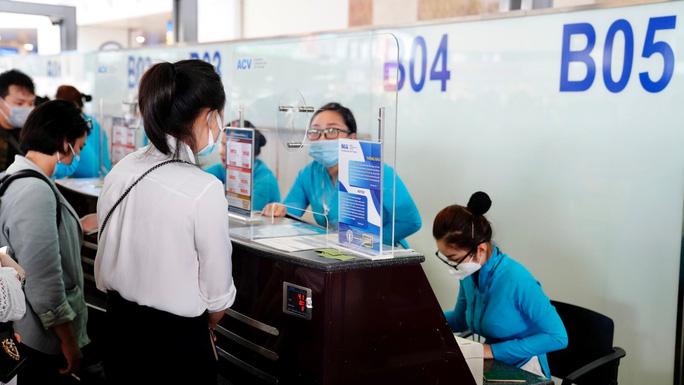 Hành khách làm thủ tục hàng không tại sân bay Nội Bài - Ảnh minh họa: Phan Công.