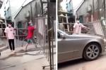 Tài xế Mercedes trần tình clip hất rào chắn, phi xe 'thông chốt' kiểm dịch: 'Họ cho tôi vào nhưng không được ra'