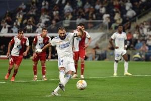 Benzema lập hat-trick đưa Real Madrid dẫn đầu La Liga