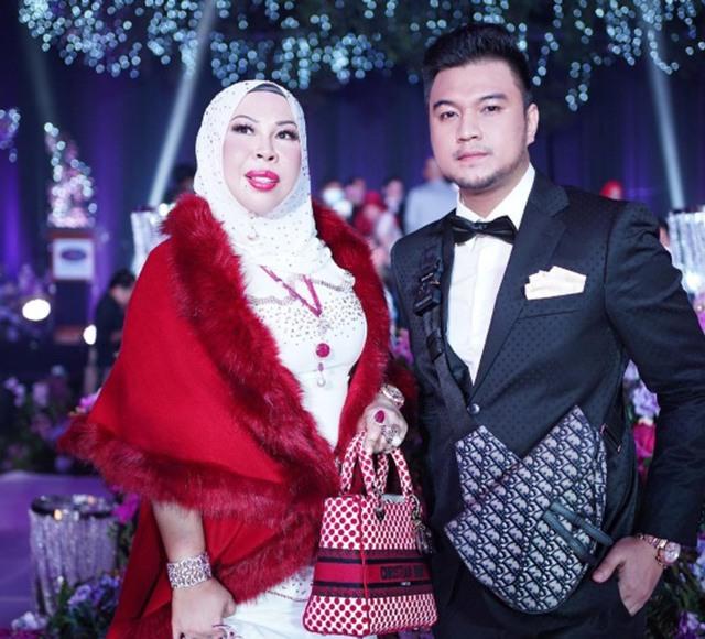 Nữ đại gia Hasmiza Othman và chồng sắp cưới Ahmad.