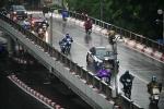Hà Nội mưa lớn, đường vẫn đông đúc xe cộ giữa lúc giãn cách
