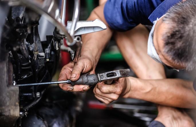 Nhiều chiếc xe máy để lại đây, do tình trạng hỏng hóc khá nặng, phải mất 2-3 ngày mới có thể sửa xong.