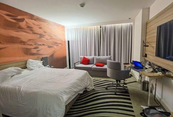 """Điều kiện phòng ốc của các cầu thủ Trung Quốc tại khách sạn ở Sharjah, UAE rất tốt, càng khiến NHM nghi ngờ về mức giá """"trên trời""""."""