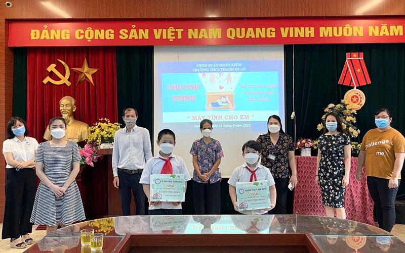 Ngành Giáo dục quận Hoàn Kiếm trao máy tính bảng cho học sinh có hoàn cảnh khó khăn để các em học trực tuyến hiệu quả.