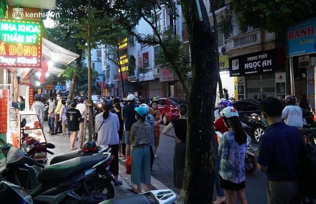 Người dân xếp hàng chờ mua bánh trung thu ở Thụy Khuê. Ảnh: Doanh nghiệp và Tiếp thị