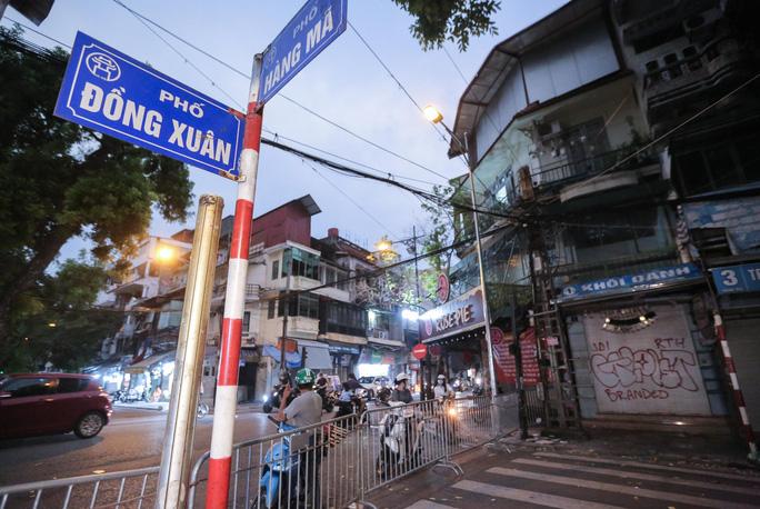 CLIP: Lập chốt chặn hai đầu phố Hàng Mã, kiểm soát người mua bán mặt hàng trung thu - Ảnh 2.
