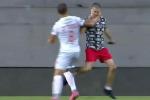 Nhận thẻ đỏ vì vật ngã CĐV quá khích chạy vào sân đánh cầu thủ