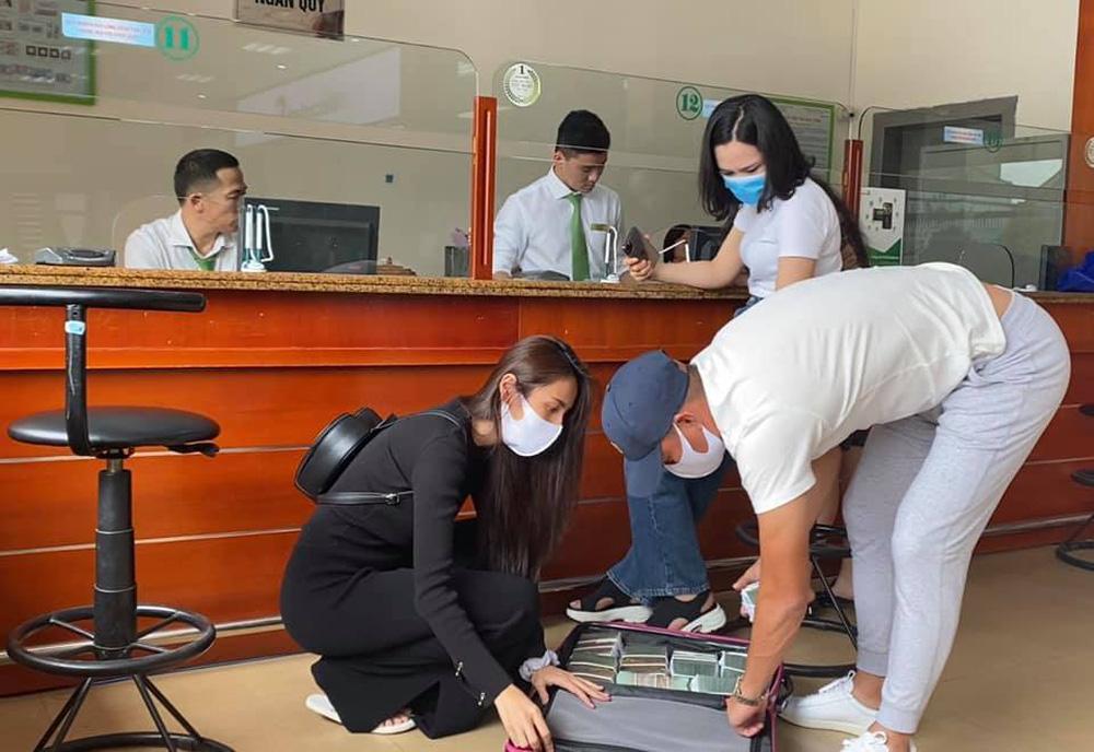 Hình ảnh Thủy Tiên và Công Vinh rút 10 tỷ đồng tại Huế.