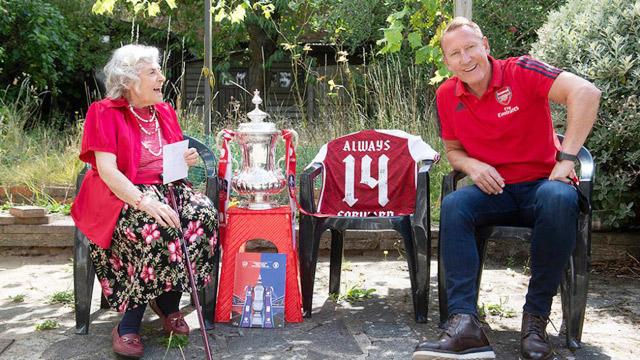 Maria Petri cùng Ray Parlour ăn mừng chức vô địch FA Cup thứ 14 của Arsenal