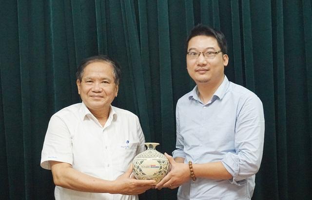 PGS.TS Nguyễn Thế Chinh tặng quà lưu niệm cho tân Giám đốc Trung tâm đào tạo Nguyễn Thái Dương.