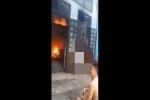 Thanh niên nghi 'ngáo đá' đòi đốt nhà để 'hóa' cho bố, nghiên cứu để đám cháy không lan sang hàng xóm