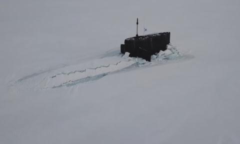 Tàu ngầm hạt nhân Nga dễ dàng xuyên thủng lớp băng dày ở Bắc Cực.