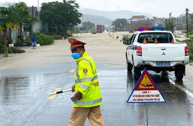 Quốc lộ 48 bị ngập sâu trong nước, CSGT phải phân luồng, ngăn không cho các phương tiện đi qua.