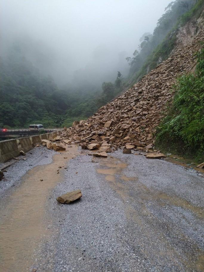 Hiện trường vụ sạt lở đất, đá khiến giao thông trên tuyến quốc lộ 8A bị ách tắc.