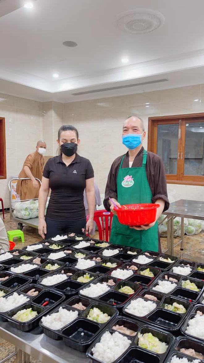 Trước khi qua đời, Phi Nhung rất tích cực với công tác thiện nguyện, giúp đỡ nhiều hoàn cảnh khó khăn trong mùa dịch. Một trái tim ấm áp vậy mà...