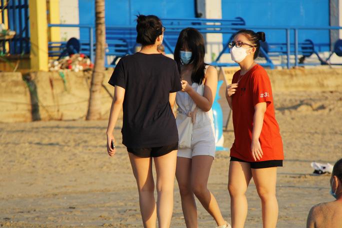 Người dân phải rời khỏi bãi biển ngay sau khi tắm xong.