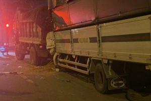 Xe tải tông đuôi xe ben chở cát đậu bên đường, 2 người tử vong trong cabin
