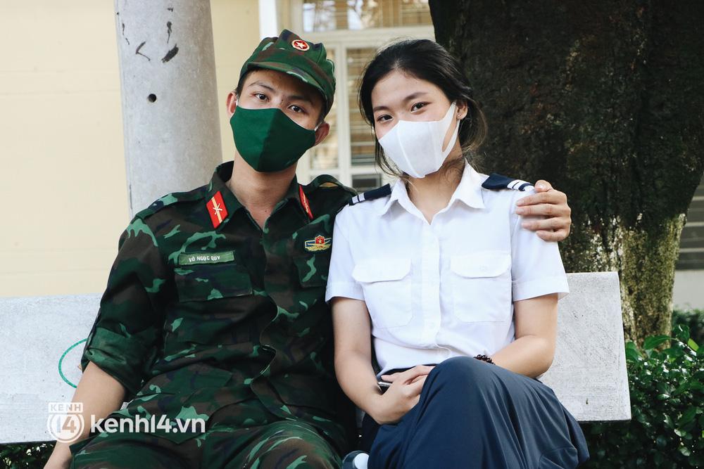 Chiến sĩ Võ Ngọc Quy (học viên trường Sỹ quan Lục quân 2) được giao làm nhiệm vụ tại phường 25, quận Bình Thạnh, trong quá trình lấy mẫu test COVID-19 vô tình gặp và cảm mến cô gái tình nguyện viên vừa đến phường 25 để hỗ trợ lấy mẫu, từ đó cả hai nảy sinh tìm cảm và đang trong giai đoạn tìm hiểu nhau.