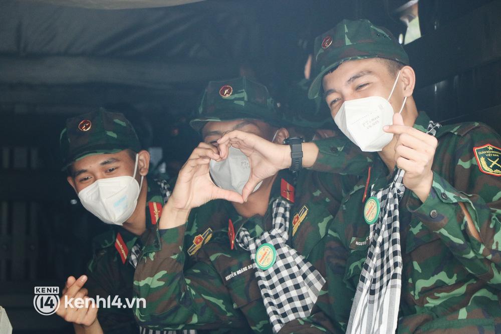 Các chiến sĩ gửi lời yêu thương đến người dân, các bộ, tình nguyện viên quận Bình Thạnh trước khi xe lăn bánh.