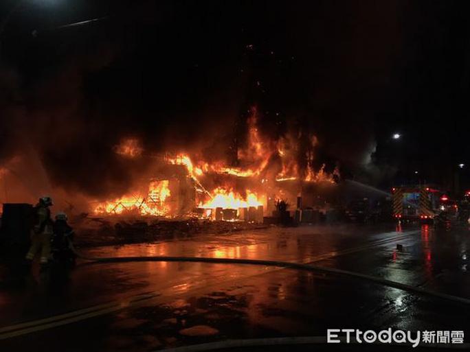 Một cư dân địa phương nghe thấy tiếng nổ lớn lúc nửa đêm, sau đó thấy tòa nhà bị cháy ở Cao Hùng - Đài Loan. Ảnh: ET Today