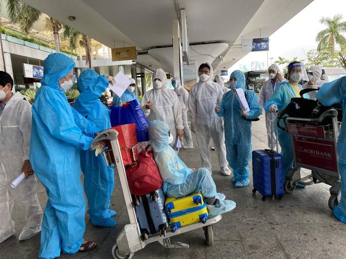 Đà Nẵng đã đón 2 chuyến bay đưa người từ TP HCM về quê ngày 12-10.