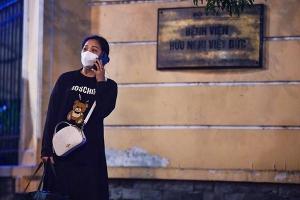 Khoảnh khắc gỡ phong tỏa Bệnh viện Việt Đức trong đêm