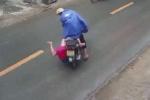 Clip cậu bé bị hất văng xuống đường chỉ vì chiếc áo mưa: Đoạn clip chỉ ra 'thói quen' tai hại của các bậc phụ huynh
