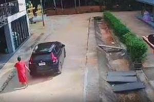 Clip: Tưởng bà bầu đã lên ôtô, tài xế phóng xe đi mất khiến người phụ nữ hớt hải chạy theo