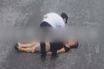Ông bố nằm lăn ra đất ăn vạ, đòi cảnh sát bắt mình đi vì con gái không giải được bài toán